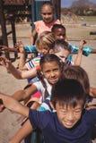 Écoliers heureux jouant dans le terrain de jeu Photo stock