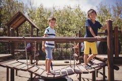 Écoliers heureux jouant dans le terrain de jeu Photographie stock