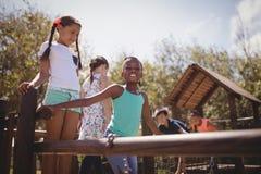 Écoliers heureux jouant dans le terrain de jeu Photo libre de droits