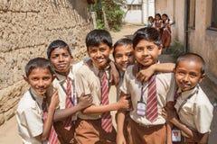 Écoliers jouant dans le rond des amis avec les visages souriants dans l'Inde Images stock