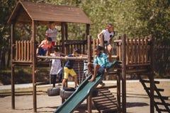 écoliers jouant dans le terrain de jeu Photo stock
