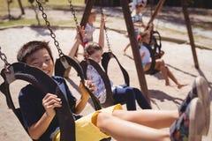 écoliers jouant dans le terrain de jeu Images stock