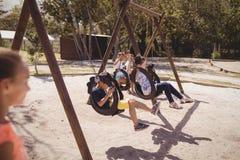 écoliers jouant dans le terrain de jeu Photos stock