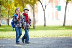 Écoliers jumeaux Images stock