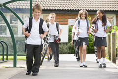 Écoliers juniors quittant l'école Images libres de droits