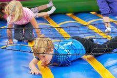 Écoliers le jour de sports Photographie stock libre de droits