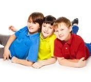 Écoliers mignons s'étendant ensemble Photographie stock libre de droits