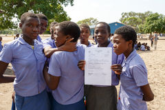 Écoliers namibiens heureux attendant une leçon Image libre de droits