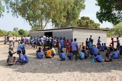 Écoliers namibiens heureux attendant une leçon Photos libres de droits