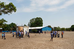 Écoliers namibiens heureux attendant une leçon Images libres de droits