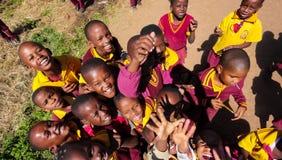 Écoliers primaires africains sur leur pause de midi images stock