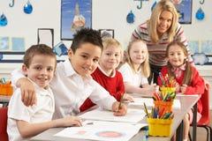 Écoliers primaires et fonctionnement de professeur Photos libres de droits
