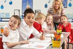 Écoliers primaires et fonctionnement de professeur Photographie stock
