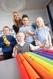 Écoliers primaires et professeur ayant une leçon Photos stock