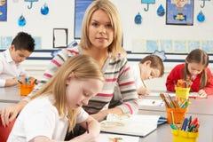 Écoliers primaires et professeur ayant une leçon Photographie stock libre de droits