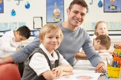 Écoliers primaires et professeur ayant une leçon Image stock