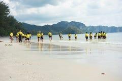 Écoliers thaïlandais jouant à la plage Photos stock