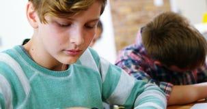 Écoliers travaillant sur le projet électronique dans la salle de classe banque de vidéos