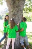 Écologistes se tenant autour de l'arbre Photo libre de droits