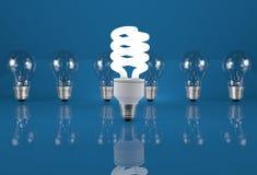économie d'énergie de concept Ampoule d'Eco dans la rangée d'incandescent Images stock