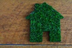 Économie d'énergie, maison faite en herbe photos stock
