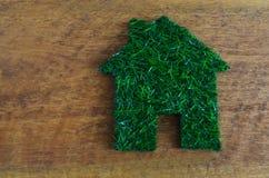 Économie d'énergie, maison faite en herbe image stock