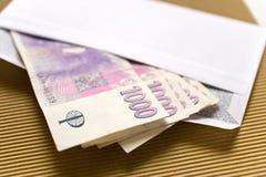 Économie et finances tchèques - billets de banque tchèques de couronne sous enveloppe - paiement illicite et corruption photographie stock