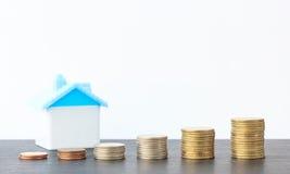 Économie pour acheter une maison qui empilent l'élevage de pièce de monnaie Photos libres de droits