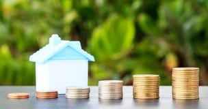 Économie pour acheter une maison qui empilent l'élevage de pièce de monnaie Photo stock