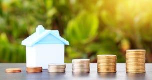 Économie pour acheter une maison qui empilent l'élevage de pièce de monnaie Image stock