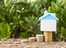 Économie pour acheter une maison qui empilent l'élevage de pièce de monnaie Photographie stock libre de droits