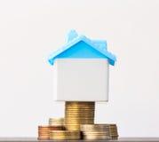 Économie pour acheter une maison qui empilent l'élevage de pièce de monnaie, enregistrant l'argent ou Photo libre de droits