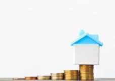Économie pour acheter une maison qui empilent l'élevage de pièce de monnaie, enregistrant l'argent ou Photographie stock