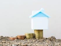 Économie pour acheter une maison qui empilent l'élevage de pièce de monnaie, enregistrant l'argent ou Image libre de droits