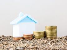 Économie pour acheter une maison qui empilent l'élevage de pièce de monnaie, enregistrant l'argent ou Images stock
