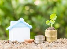 Économie pour acheter une maison qui empilent l'élevage de pièce de monnaie, enregistrant l'argent ou Photos stock
