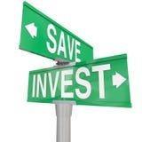 Économisez contre investissent des signes de rue à double sens de mots que les choix d'investissement choisissent illustration libre de droits