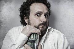 Économisez, homme d'affaires avare, enregistrant l'argent, homme dans la chemise blanche avec photographie stock libre de droits