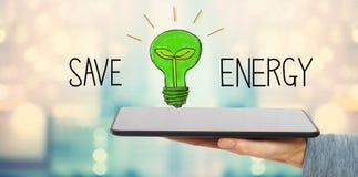 Économisez l'énergie avec l'homme tenant un comprimé image libre de droits
