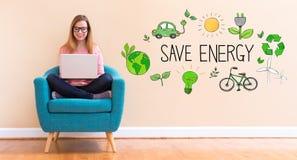 Économisez l'énergie avec la jeune femme à l'aide de son ordinateur portable photos stock