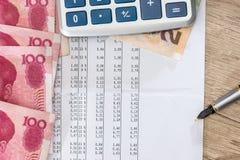 Économisez le texte avec la calculatrice, les yuans et le stylo photo stock
