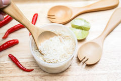 Écopez le riz avec la cuillère en bois photo libre de droits