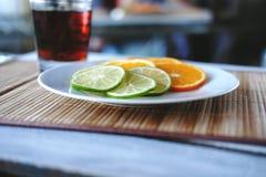 Écorce et orange coupées Photos stock