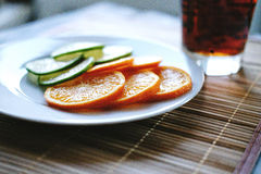 Écorce et orange coupées Photographie stock