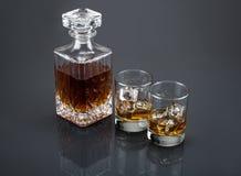 Écossais dans un décanteur de boisson alcoolisée avec des culbuteurs Photos stock
