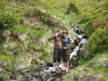 Écoulement étonnant de l'eau dans les montagnes Images libres de droits