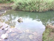 Écoulement clair comme de l'eau de roche de l'eau gratuit Photo libre de droits
