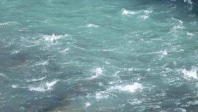 Écoulement coloré de l'eau de la rivière Green clips vidéos