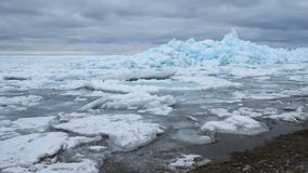 Écoulement coloré massif de glace de bleu de turquoise Images stock