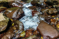 Écoulement d'eau avec la pierre Photographie stock